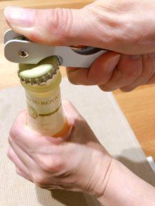 ニフコ(株主優待)ジュースを栓抜きで開ける