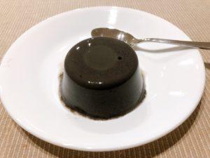 黒胡麻プリン(株主優待)を皿にのせる