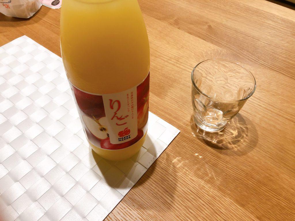 りんごジュースとコップ