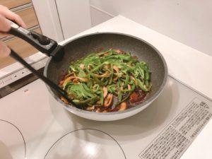 青椒肉絲を炒める